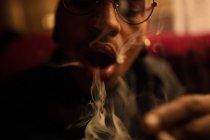 Homme fumant cigarette — Photo de stock
