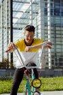 Человек сидит на Винтаж велосипедов — стоковое фото
