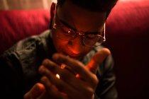 Людина освітлення сигарет — стокове фото