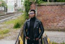 Чорний чоловік, що стоїть на перила — стокове фото