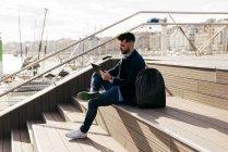 Homem estiloso usando tablet no porto — Fotografia de Stock