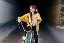 Женщина, сидящая на велосипеде — стоковое фото