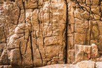 Ruvida scogliera rocciosa naturale alla luce del sole — Foto stock