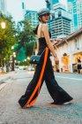 Азиатка в стильной одежде ходит по улицам города — стоковое фото