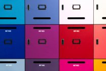 Cajas de depósito de varios colores brillantes - foto de stock