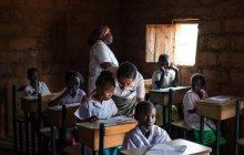 ANGOLA - AFRIQUE - 5 AVRIL 2018 - Enseignants et élèves en classe — Photo de stock
