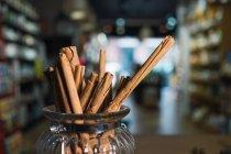 Палички кориці в банку на стіл в магазин — стокове фото