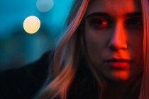 Mulher loira pensativa olhando para longe no crepúsculo — Fotografia de Stock