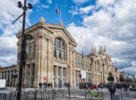 Париж, Франція - 13 березня 2108: екстер'єр Північного вокзалу і туристів — стокове фото