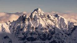 PIC de haute montagne couverte de neige en plein jour — Photo de stock
