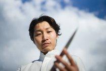Chef japonais vérification couteau devant le ciel bleu — Photo de stock