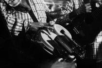 Cultivado de músicos tocando la batería y la guitarra en el club nocturno, tiro en blanco y negro con larga exposición - foto de stock