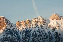Blanches montagnes enneigées avec sun flare dans la nature, Valle De Tena, Espagne — Photo de stock