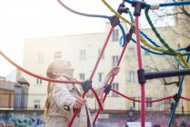 Весела Блондинка Дівчинка дивлячись на майданчик — стокове фото