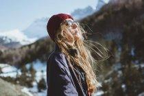 Donna che si gode il sole in montagna in inverno — Foto stock