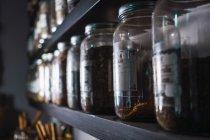 Gros plan de l'étagère avec assortiment d'épices dans des pots — Photo de stock