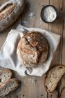 Pagnotta a forma di cerchio di pane sulla tavola di legno con farina di segale — Foto stock