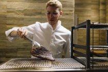 Шеф-кухар готує смажену яловичину в ресторані — стокове фото