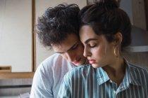 Sensual jovem casal de pé e abraçando na cozinha em casa — Fotografia de Stock