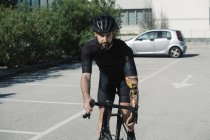 Велосипед їзда відсталим людиною в місті — стокове фото