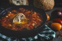 Oeufs au plat avec tomates, poivrons rouges et pain dans la poêle à frire — Photo de stock