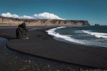 Rock formation on beach with black sand, Kirkjufjara, Iceland — Stock Photo