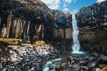 Cachoeira salpicos de penhasco, Islândia — Fotografia de Stock