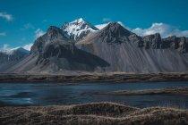 Tal mit schneebedeckten Bergen an sonnigen Tagen in Island — Stockfoto