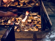 Руки до неузнаваемости работника, делая держатель для кувшин расплавленного стекла — стоковое фото