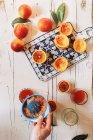 Hand quetschen Blut Orangensaft — Stockfoto