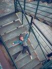 Ragazzo che si trova con il pattino sulle scale — Foto stock