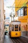 Трамвай на вузькі вулиці старого — стокове фото