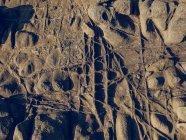 Rough rock con graffi — Foto stock