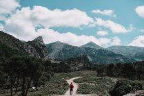 Turista che cammina sulla strada rurale — Foto stock