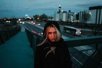 Блондинка жінку, що стояли в сутінках — стокове фото
