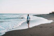 Homme marchant à l'océan — Photo de stock