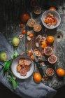 Очищені крові апельсини в мисці — стокове фото