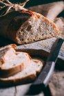 Pan rústico y rebanadas - foto de stock