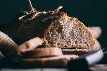 Fette e pagnotta di pane rustico — Foto stock