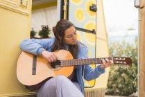 Frau spielt Gitarre — Stockfoto