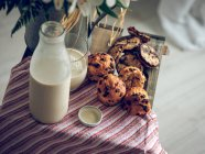 Milk and muffins with chocolate — Stock Photo