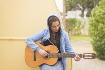 Donna che suona la chitarra — Foto stock