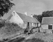 Esterno bianco e nero della casa con cortile e giardino alberi nel villaggio, Belgio. — Foto stock