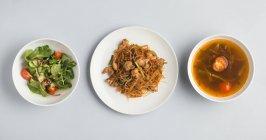 Zuppa di miso con insalata e piatto di tagliatelle — Foto stock
