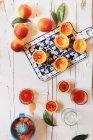 Oranges sanguines fraîches et verres à boire — Photo de stock