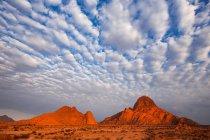Густые облака над холмами в саванне — стоковое фото