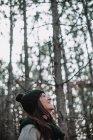 Mujer de pie en el bosque - foto de stock