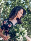Жінка з букетом квітів — стокове фото