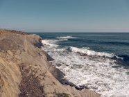 Скалистый берег и волнистой море — стоковое фото