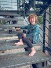 Scalzo ragazzo in piedi su scale — Foto stock